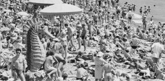 Spiaggia affollata anni 60