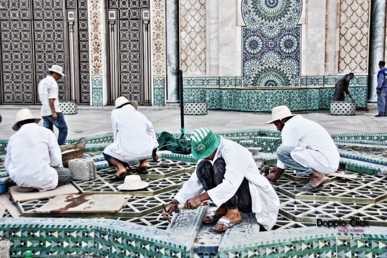La Moschea di Hassan II emerge tra Casablanca e l'Oceano