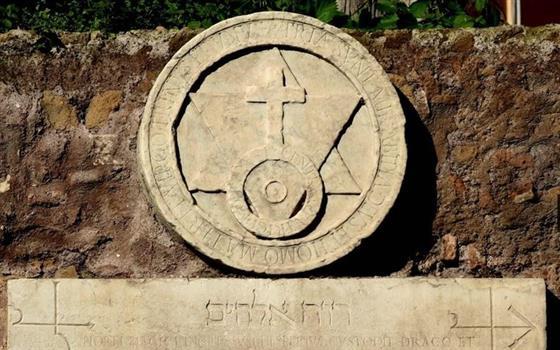 La Porta Alchemica di Roma incisa da misteriosi personaggi