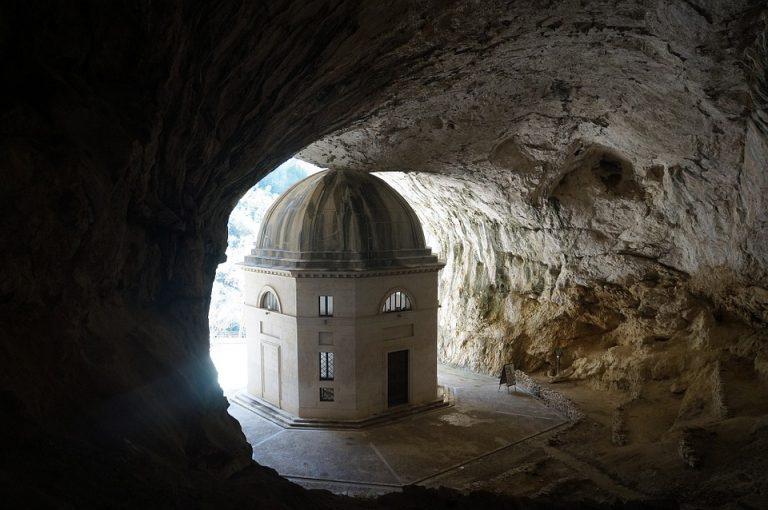 Tempio di Valadier, una meraviglia tra le rocce