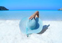 spiaggia e mare azzurro